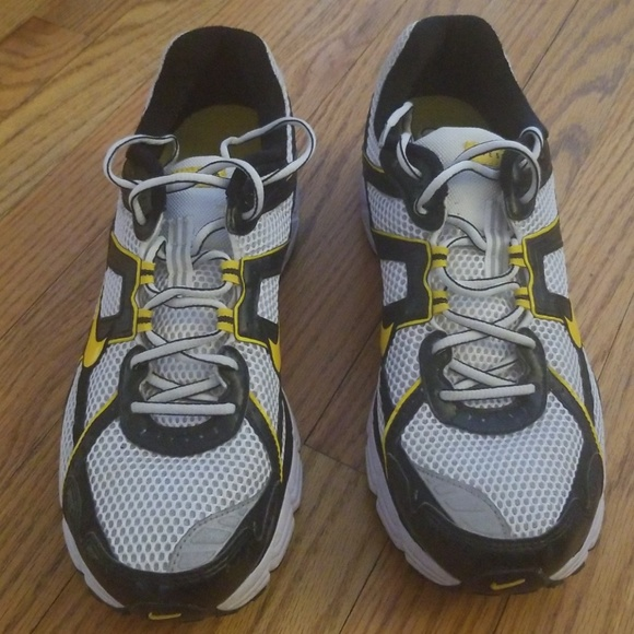 c2a7f6e8a5fd Men s Nike Livestrong sneakers size 10. M 5c474f2a0cb5aa47b3a33021